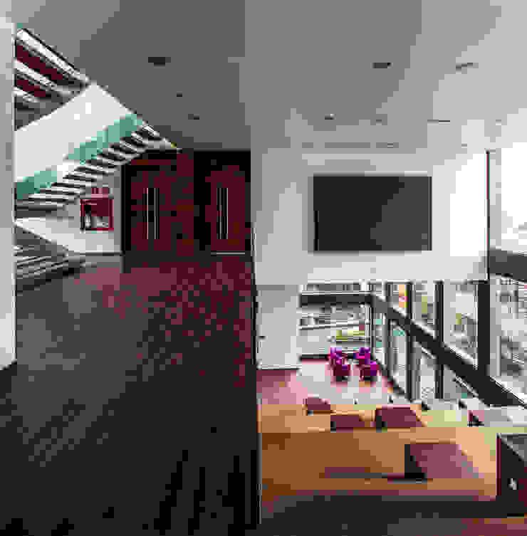 Moderner Multimedia-Raum von Serrano Monjaraz Arquitectos Modern