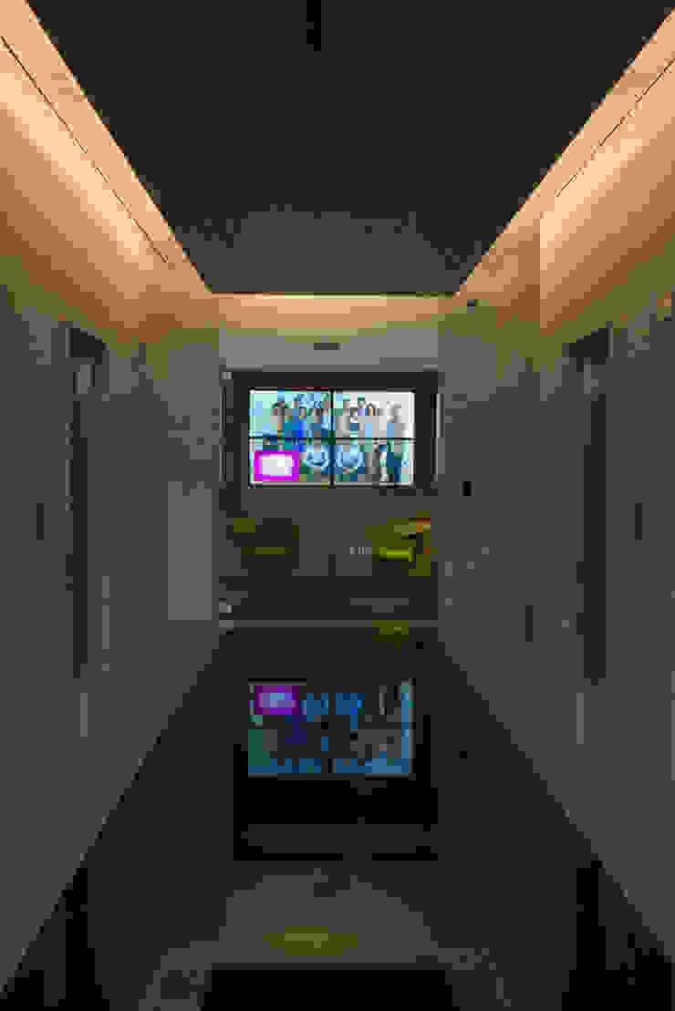 AXA Querétaro Back Offices Pasillos, vestíbulos y escaleras modernos de Serrano Monjaraz Arquitectos Moderno