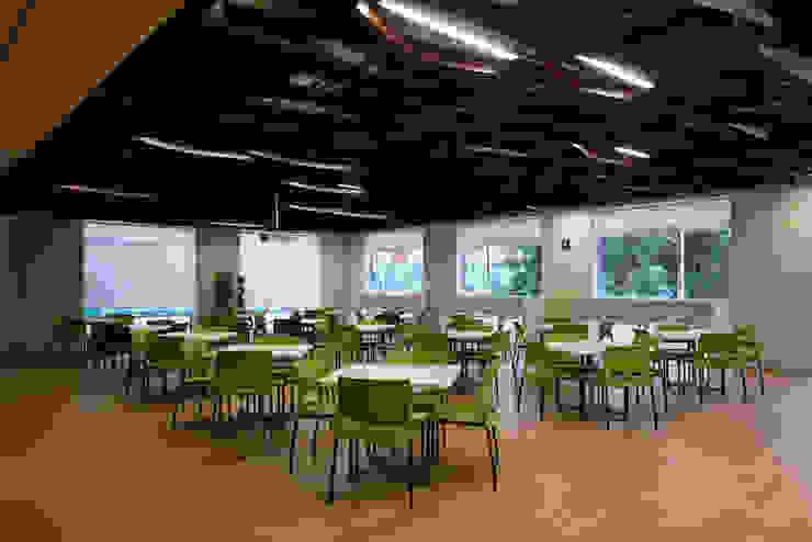 AXA Querétaro Back Offices Comedores modernos de Serrano Monjaraz Arquitectos Moderno