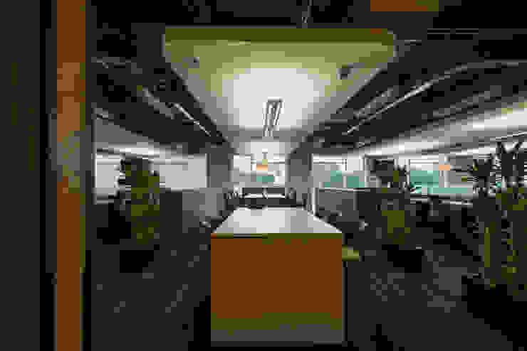 AXA Querétaro Back Offices Paredes y pisos de estilo moderno de Serrano Monjaraz Arquitectos Moderno