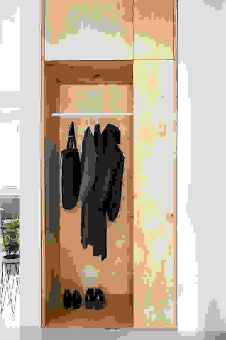 Pasillos, halls y escaleras minimalistas de Joanna Kubieniec Minimalista