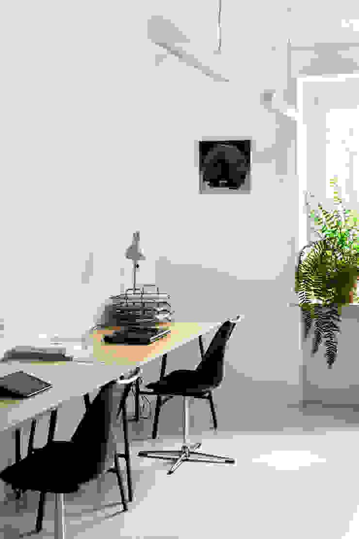 Estudios y bibliotecas de estilo minimalista de Joanna Kubieniec Minimalista