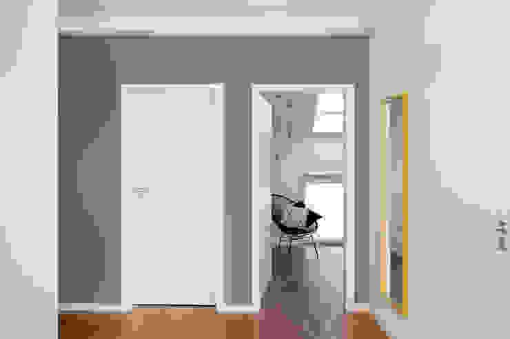 Mieszkanie Tychy Nowoczesny korytarz, przedpokój i schody od Joanna Kubieniec Nowoczesny
