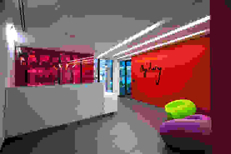 Oficinas y bibliotecas de estilo moderno de Serrano Monjaraz Arquitectos Moderno