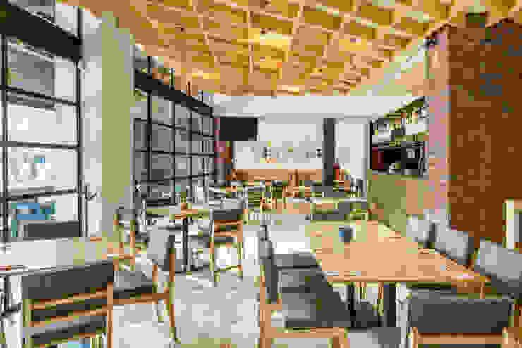 PANE Gastronomía de estilo ecléctico de NIVEL TRES ARQUITECTURA Ecléctico Madera Acabado en madera