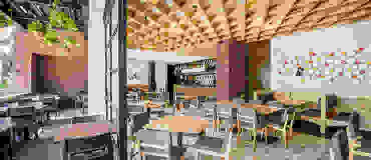 PANE Bares y clubs de estilo ecléctico de NIVEL TRES ARQUITECTURA Ecléctico Madera Acabado en madera
