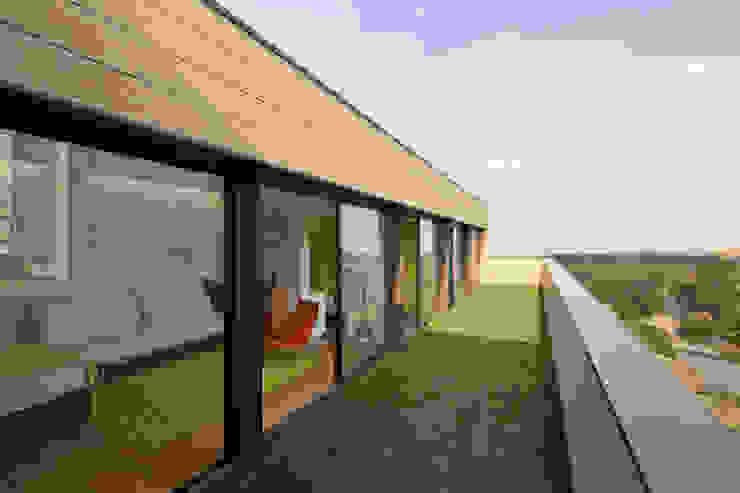 Casa Tierra Balcones y terrazas modernos de Serrano Monjaraz Arquitectos Moderno
