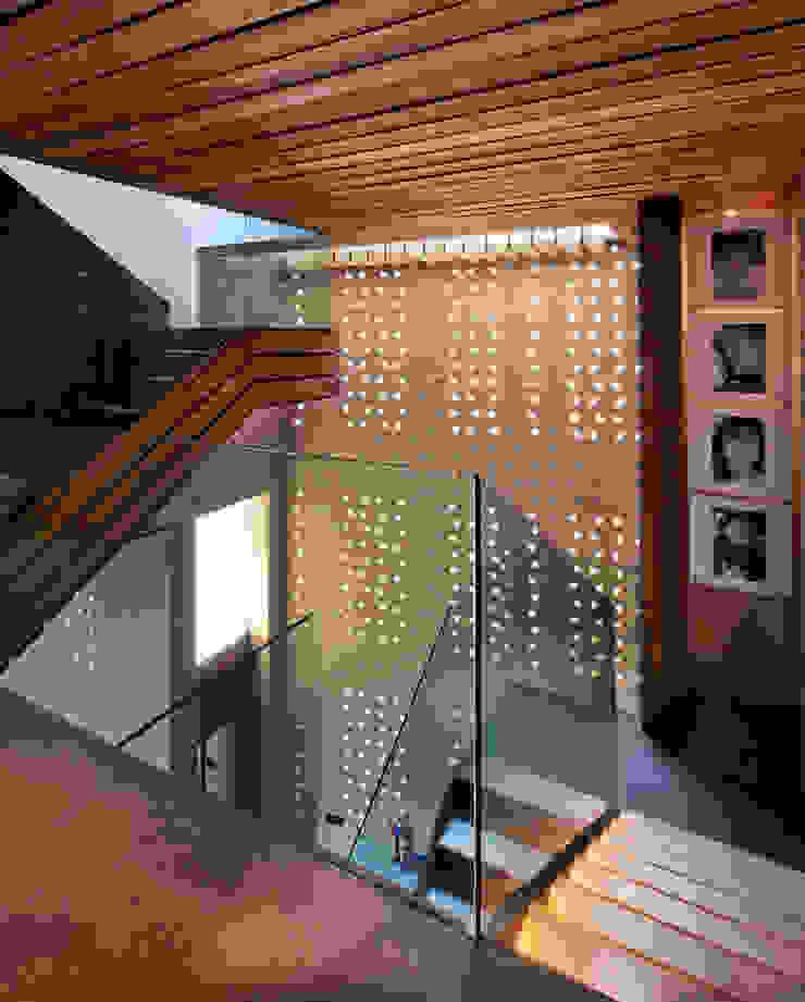 Casa Tierra Pasillos, vestíbulos y escaleras modernos de Serrano Monjaraz Arquitectos Moderno