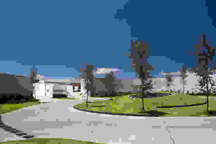 Cumbres de Santa Fé Jardines modernos de Serrano Monjaraz Arquitectos Moderno