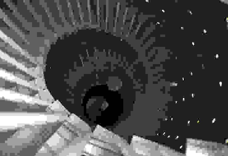 Cumbres de Santa Fé Pasillos, vestíbulos y escaleras modernos de Serrano Monjaraz Arquitectos Moderno