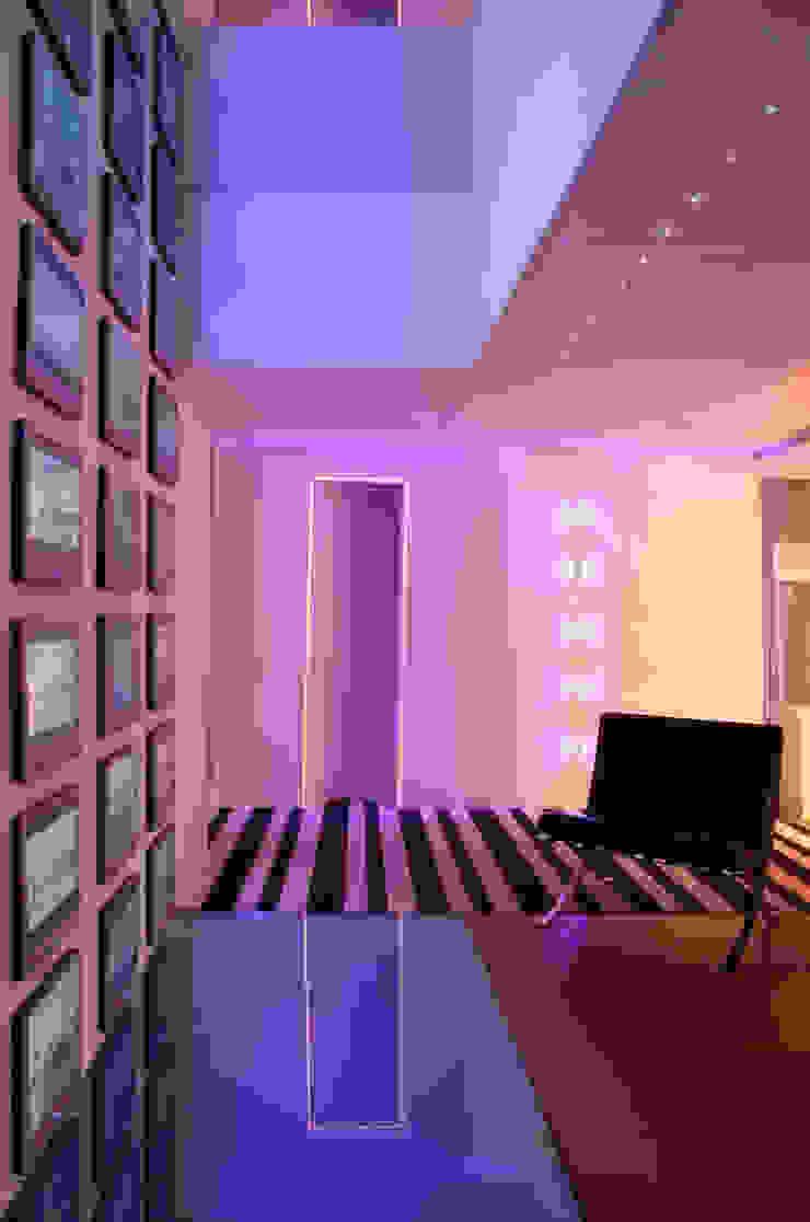 Lounge Club Diez Paredes y pisos de estilo moderno de Serrano Monjaraz Arquitectos Moderno