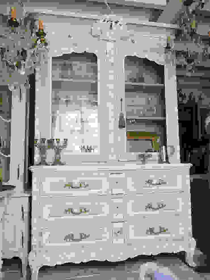 Glass Cabinet: aje antiquesが手掛けたクラシックです。,クラシック 木 木目調