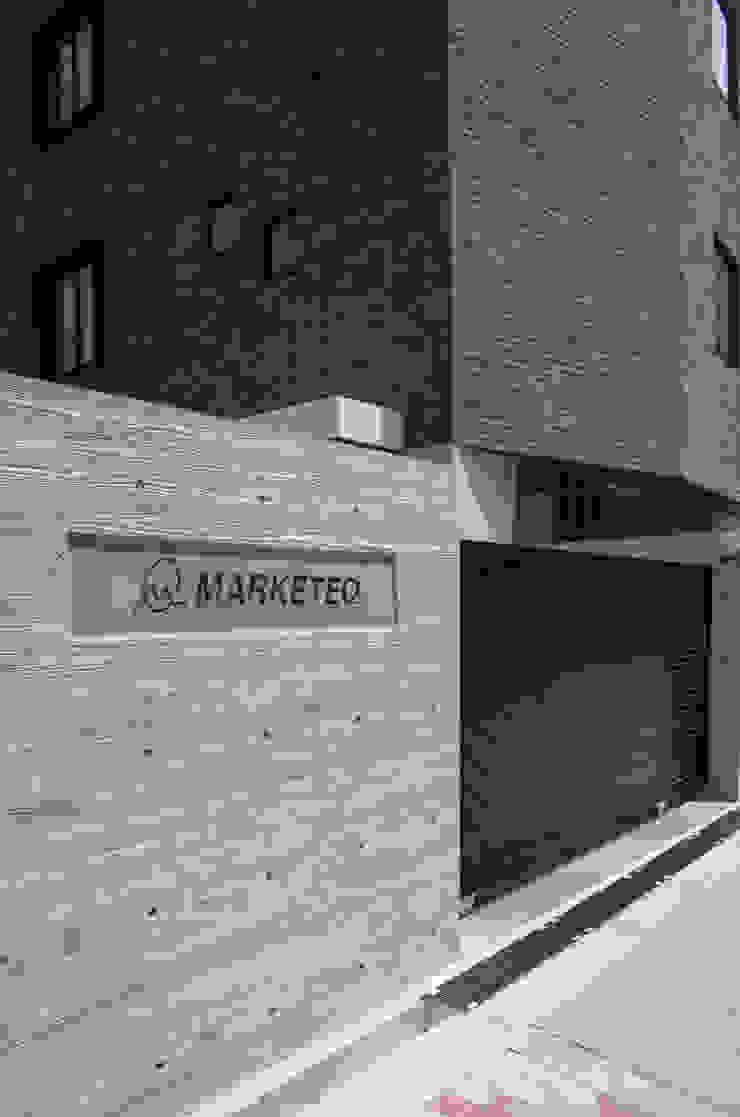 新大阪のオフィスビル/サイン2 の 一級建築士事務所アールタイプ モダン コンクリート