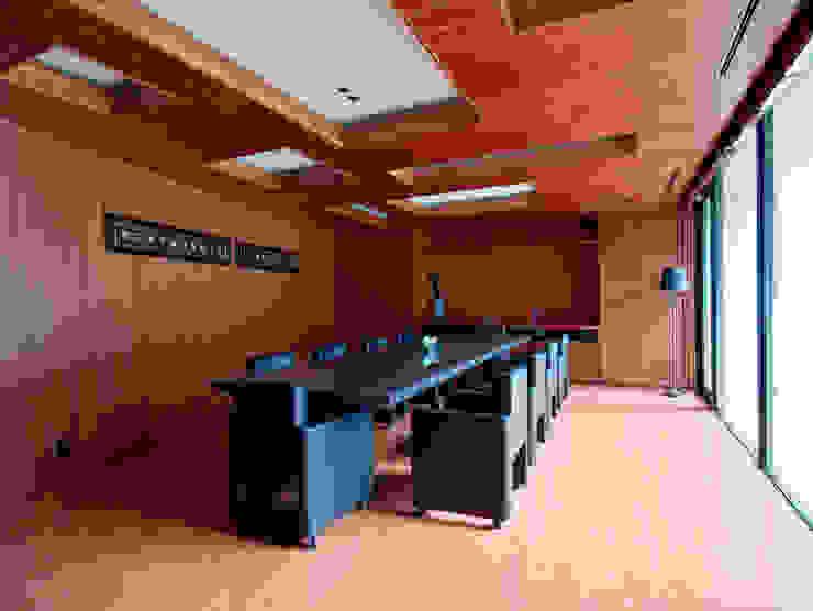 一級建築士事務所アールタイプ Edificios de oficinas de estilo moderno Derivados de madera Marrón