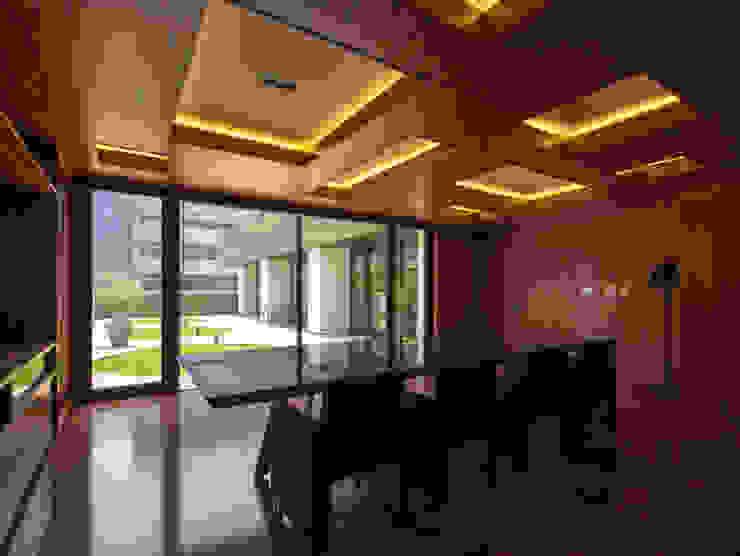 新大阪のオフィスビル/会議室2 の 一級建築士事務所アールタイプ モダン エンジニアリングウッド 透明