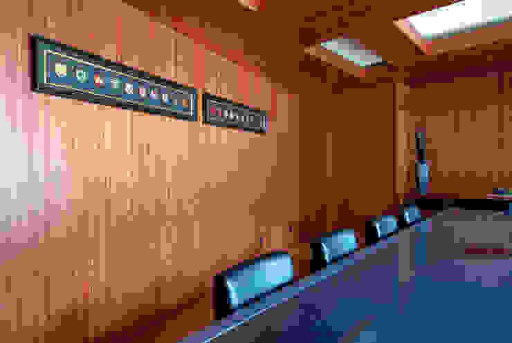 新大阪のオフィスビル/会議室3 の 一級建築士事務所アールタイプ モダン エンジニアリングウッド 透明