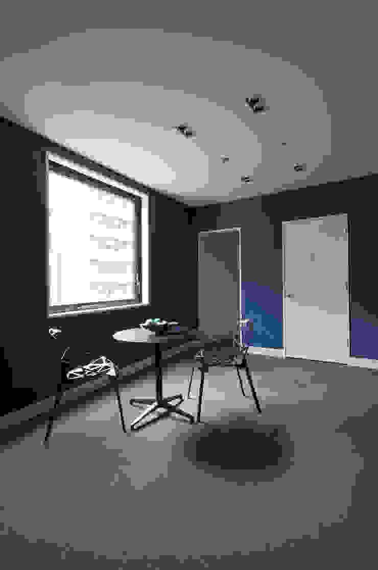 新大阪のオフィスビル/ホール2 の 一級建築士事務所アールタイプ モダン