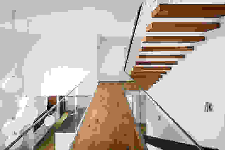Modern Corridor, Hallway and Staircase by Corneille Uedingslohmann Architekten Modern
