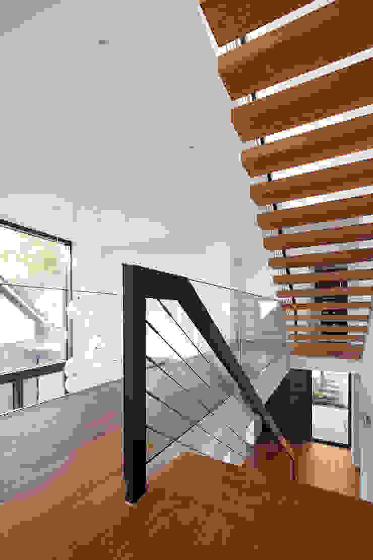 Corneille Uedingslohmann Architekten Modern corridor, hallway & stairs