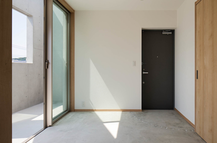 Eclectic style corridor, hallway & stairs by 本瀬齋田建築設計事務所 Eclectic Concrete