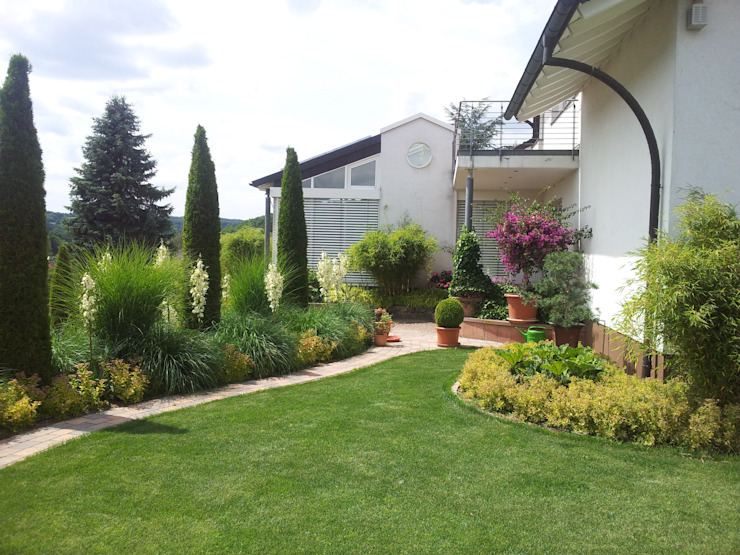 modern grass garden Modern garden by Planungsbüro STEFAN LAPORT Modern