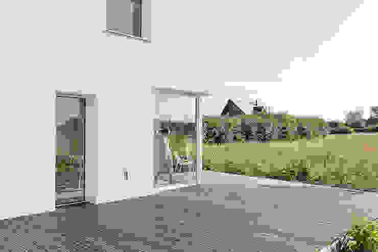 House for a Photographer 모던스타일 발코니, 베란다 & 테라스 by STUDIO RAZAVI ARCHITECTURE 모던