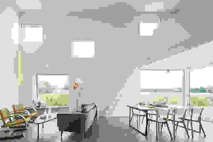 House for a Photographer 모던스타일 거실 by STUDIO RAZAVI ARCHITECTURE 모던