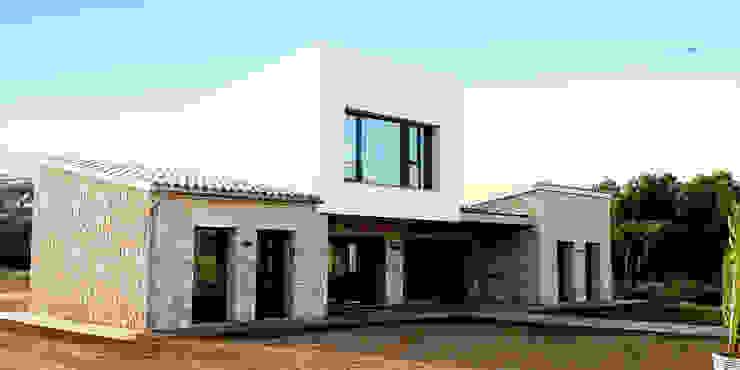 VIVIENDA UNIFAMILIAR AISLADA Y PISCINA EN ALGAIDA Casas de estilo rústico de JAIME SALVÁ, Arquitectura & Interiorismo Rústico Piedra
