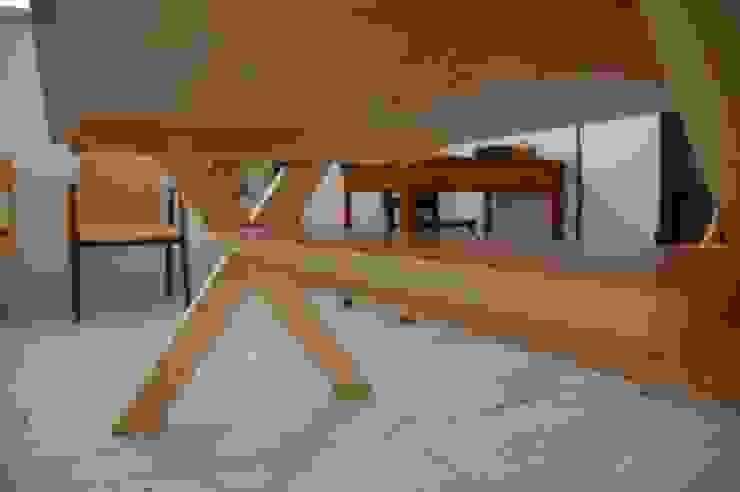 天板の下部: hatch   が手掛けたカントリーです。,カントリー 木 木目調