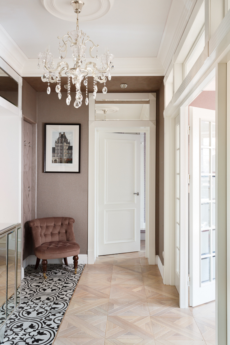 Classic style corridor, hallway and stairs by AGRAFFE design Classic