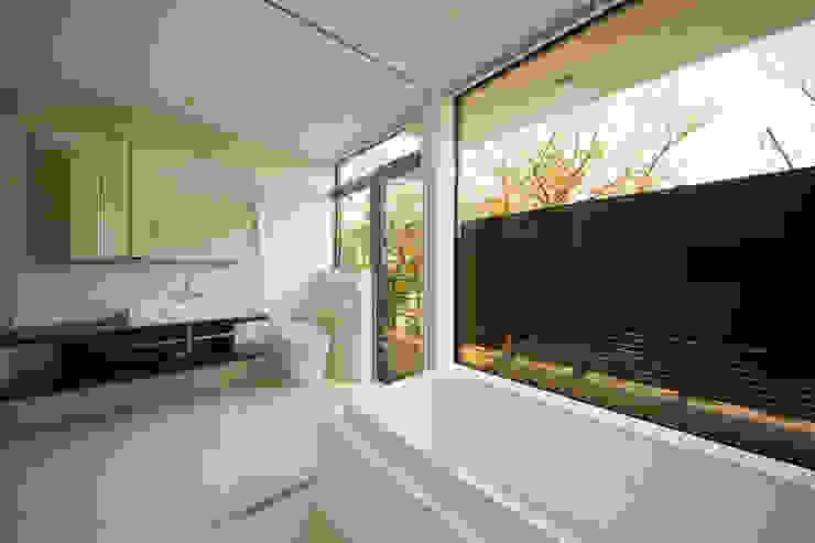 ガラス張りのバスルーム モダンスタイルの お風呂 の TERAJIMA ARCHITECTS モダン
