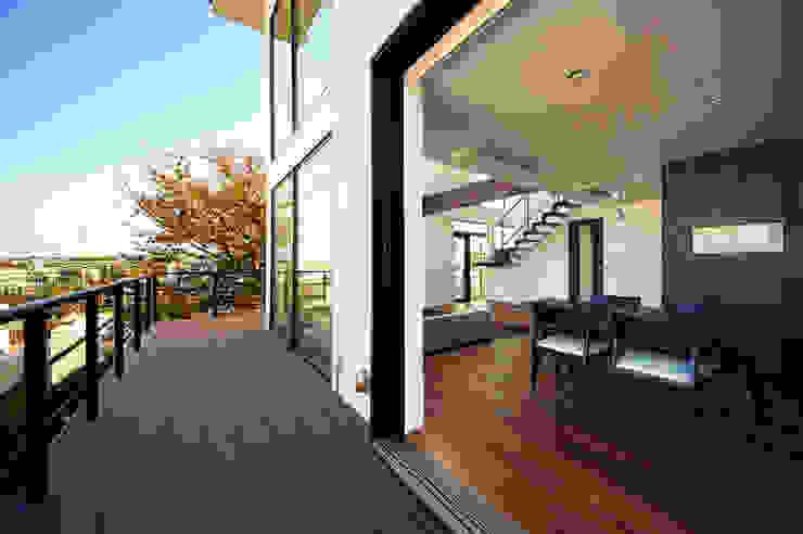 建物を囲むデッキスペース モダンデザインの テラス の TERAJIMA ARCHITECTS モダン