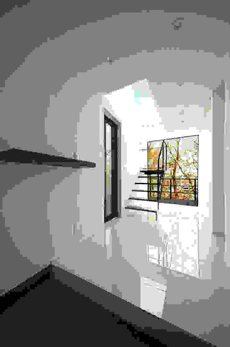 サクラと空が出迎える玄関 モダンスタイルの 玄関&廊下&階段 の TERAJIMA ARCHITECTS モダン