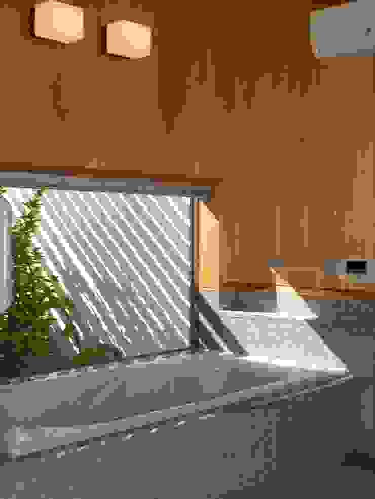 囲炉裏のある家 モダンスタイルの お風呂 の アンドウ設計事務所 モダン 無垢材 多色