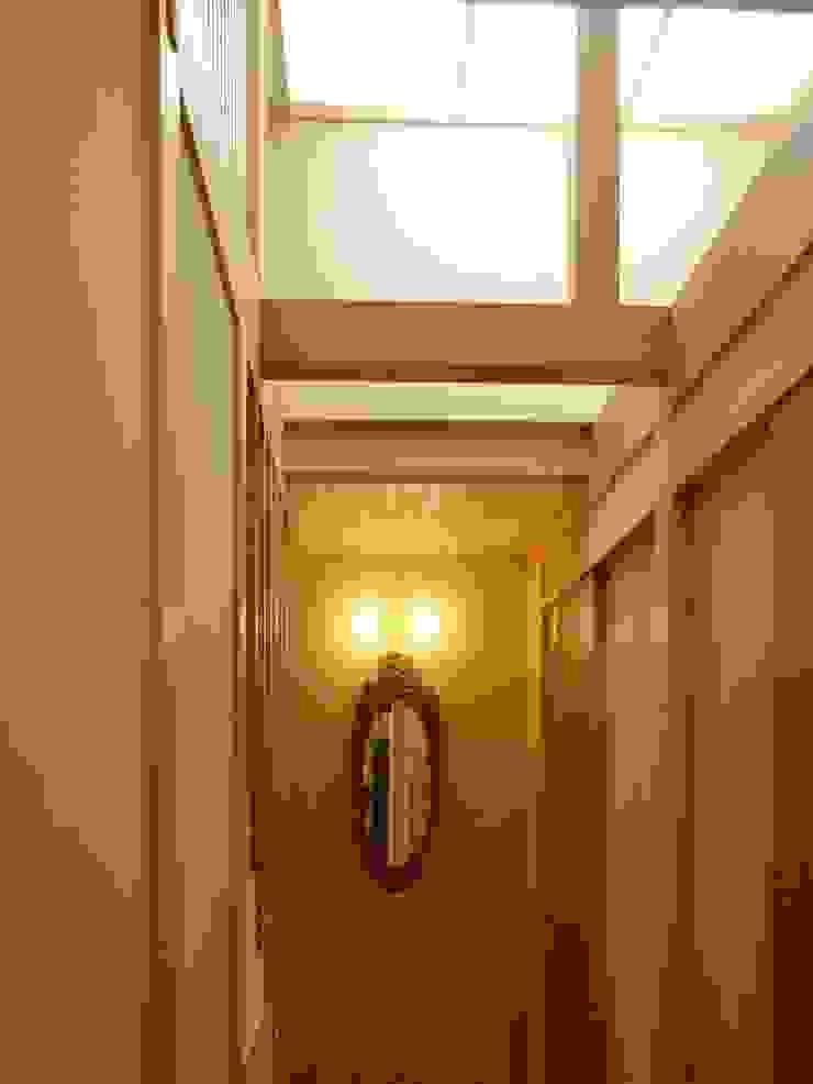 中廊下ホール モダンスタイルの 玄関&廊下&階段 の アンドウ設計事務所 モダン 無垢材 多色