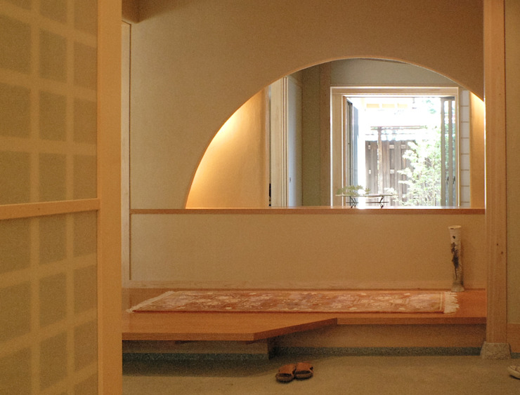 囲炉裏の間から北庭をみる モダンスタイルの 玄関&廊下&階段 の アンドウ設計事務所 モダン 無垢材 多色