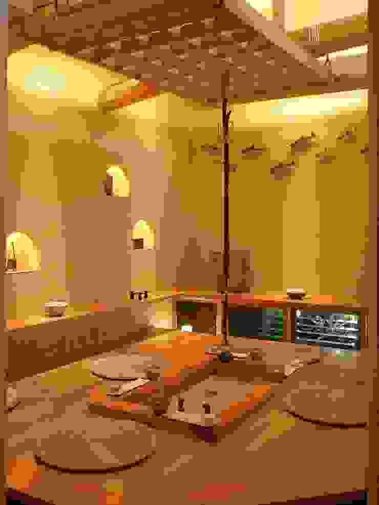 囲炉裏の間 モダンデザインの 多目的室 の アンドウ設計事務所 モダン 無垢材 多色