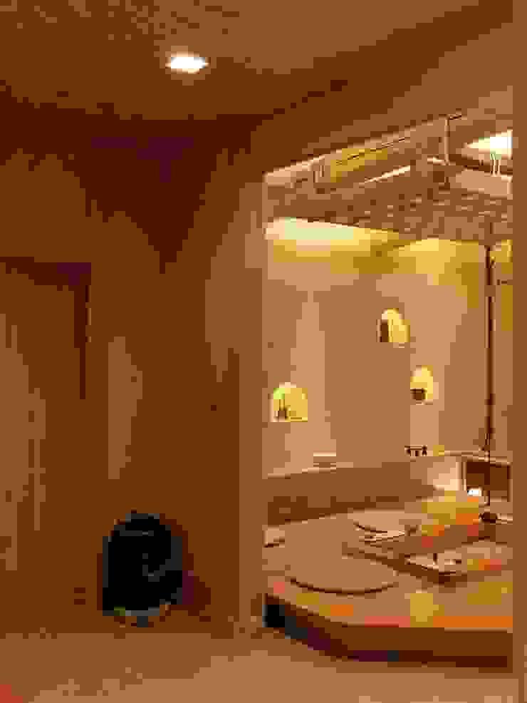 玄関ホールより囲炉裏の間 モダンデザインの 多目的室 の アンドウ設計事務所 モダン 無垢材 多色