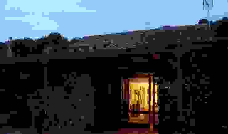 Nhà phong cách kinh điển bởi Estudio de Arquitectura 2E+1L Kinh điển