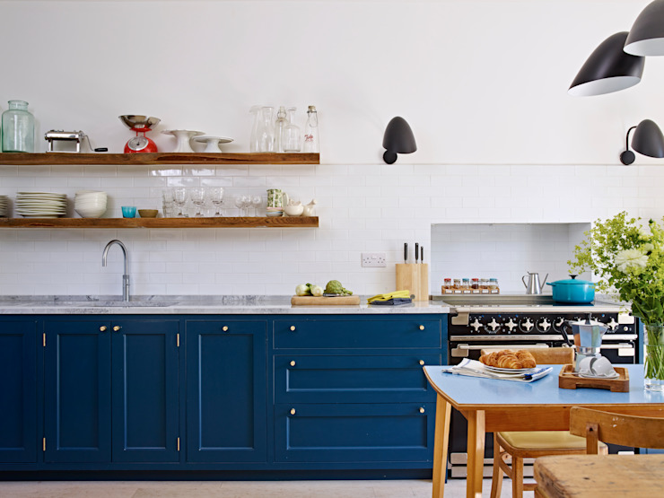 Light Filled Traditional Kitchen Holloways of Ludlow Bespoke Kitchens & Cabinetry Nhà bếp phong cách kinh điển Gỗ Blue