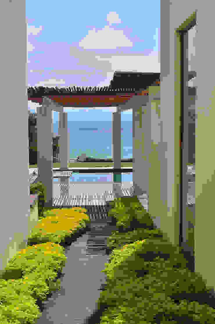 Casa Lunamar Balcones y terrazas modernos de José Vigil Arquitectos Moderno