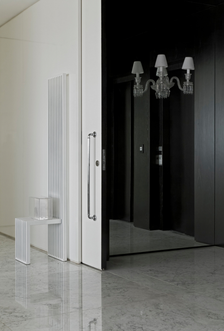Коридор, прихожая и лестница в модерн стиле от DIEGO REVOLLO ARQUITETURA S/S LTDA. Модерн