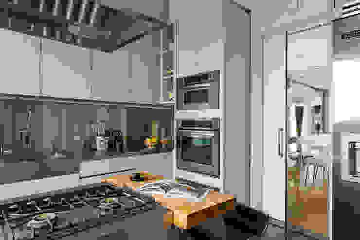 Кухня в стиле модерн от DIEGO REVOLLO ARQUITETURA S/S LTDA. Модерн