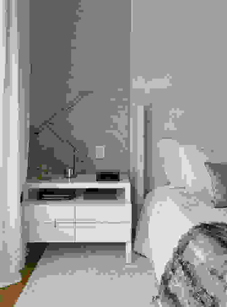 Спальня в стиле модерн от DIEGO REVOLLO ARQUITETURA S/S LTDA. Модерн