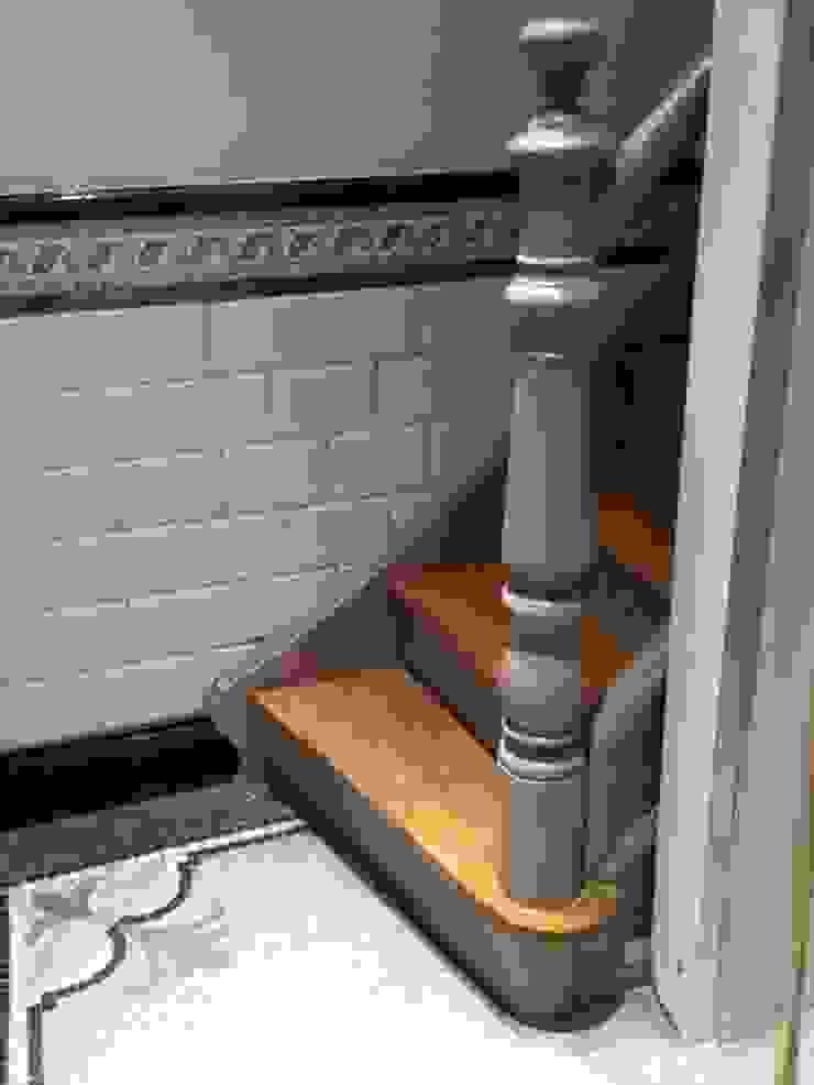 Pied de l'escalier Couloir, entrée, escaliers classiques par Bureau d'Architectes Desmedt Purnelle Classique