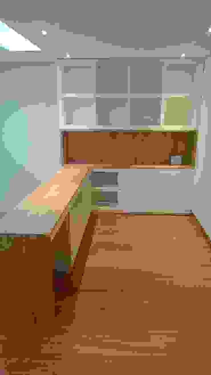 Apartamento RP Estudios y despachos de estilo moderno de AMR ARQUITECTOS Moderno