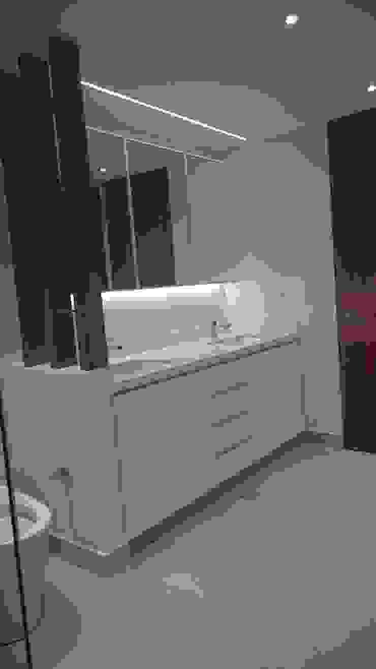 Apartamento RP Baños de estilo moderno de AMR ARQUITECTOS Moderno