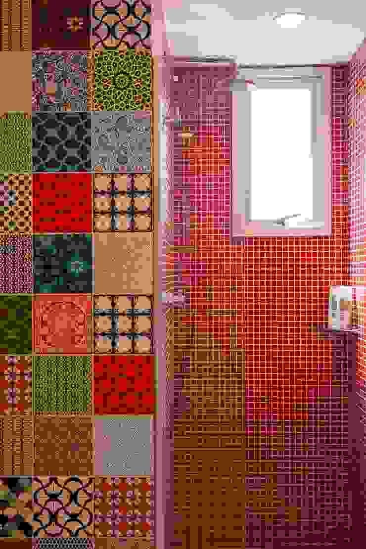 Modern style bathrooms by Nautilo Arquitetura & Gerenciamento Modern Tiles