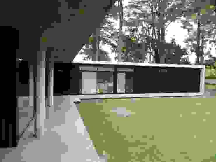 Casa Bunker en La Reja, Moreno de dammuebles Moderno Concreto