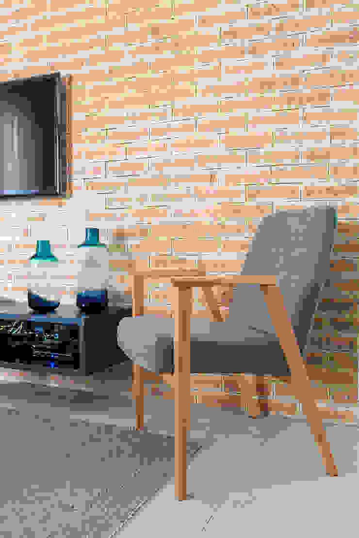 Detalhe da parede de tijolos por Márcio Campos Arquitetura + Interiores Moderno